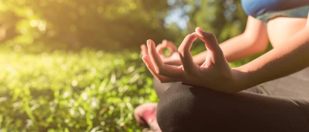 Yoga im Park, im Freien mit Lichteffekt – Foto