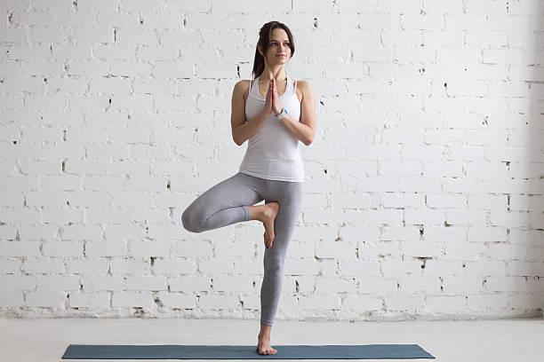 Yoga en el interior : Vriksha-asana - foto de stock
