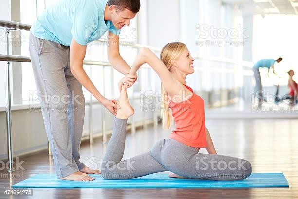 Profesor De Yoga Foto de stock y más banco de imágenes de Actividad