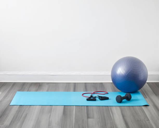 Yogamatte und Fitnessball – Foto
