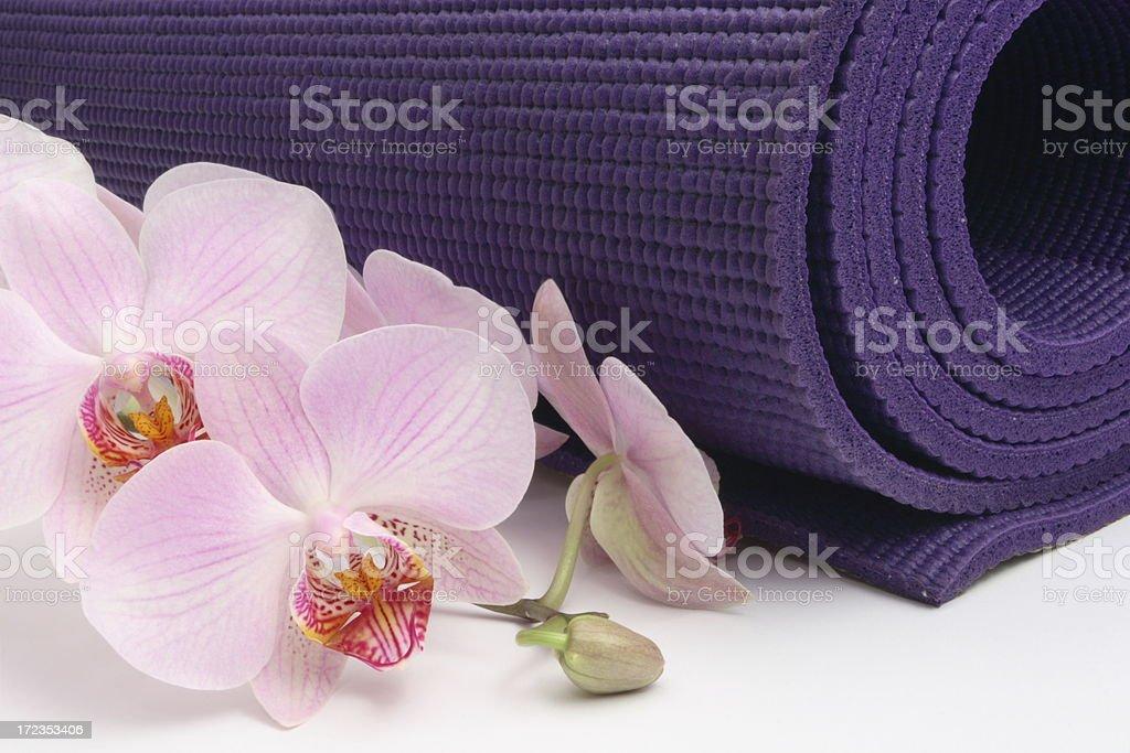 Estera de Yoga con Orquídea foto de stock libre de derechos
