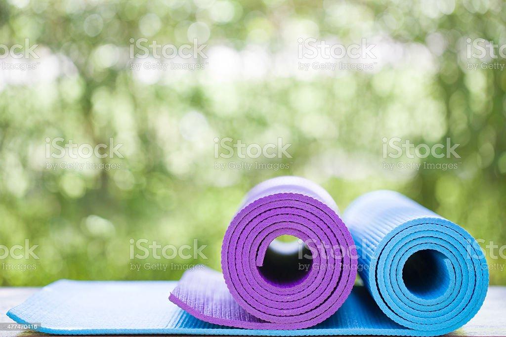yoga-Matten in einem Garten – Foto