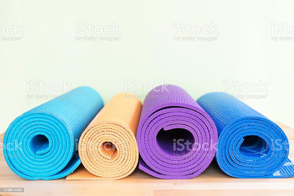 yoga-Matten auf dem Tisch – Foto