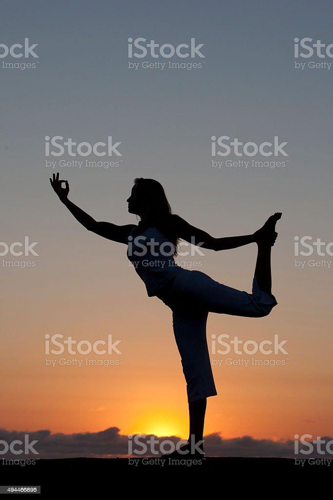 Yoga-meditation am Strand bei Sonnenaufgang – Foto