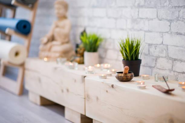 yoga & meditation klasse dekor - meditationsräume stock-fotos und bilder