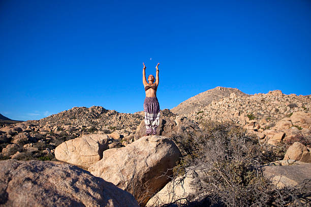 yoga-pose mit mond berge - pumphose stock-fotos und bilder