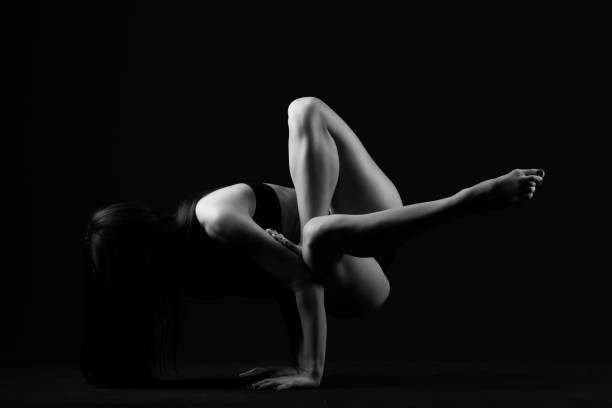 Yoga auf schwarzem Hintergrund monochrom – Foto
