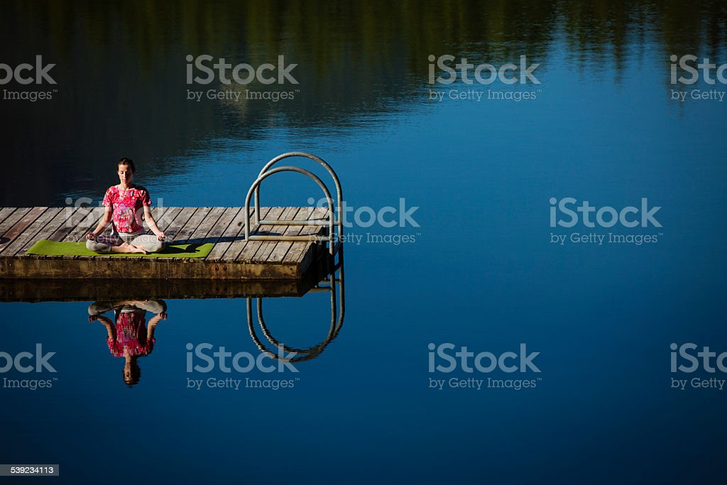 Yoga en el muelle junto al lago en Whistler. foto de stock libre de derechos