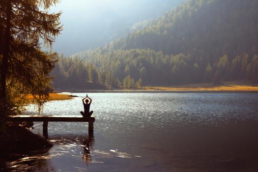 Yoga Auf Den See Stockfoto und mehr Bilder von Abgeschiedenheit