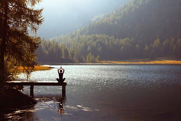 joga na jezioro - poprawna postawa zdjęcia i obrazy z banku zdjęć