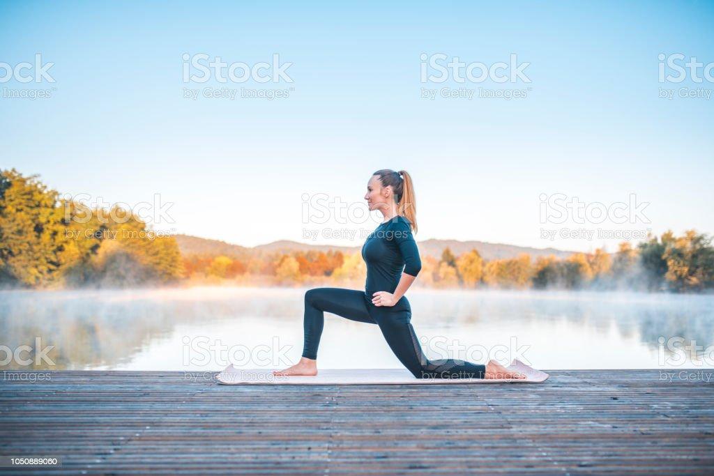 Yoga-Pose - niedrige Longe darstellen (Anjaneyasana) – Foto