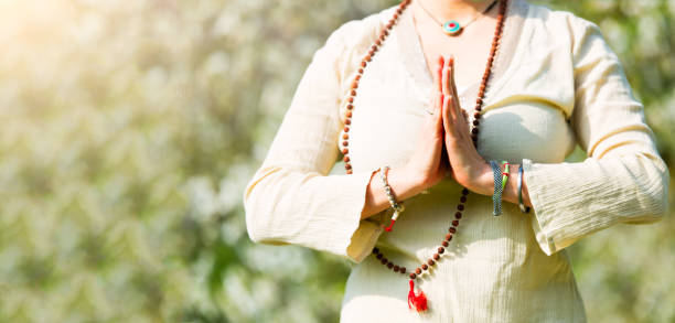 yogaposition im gebet eines mädchens - kundalini yoga stock-fotos und bilder
