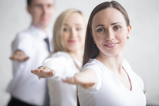 yoga-übung im büro - yoga fürs büro stock-fotos und bilder