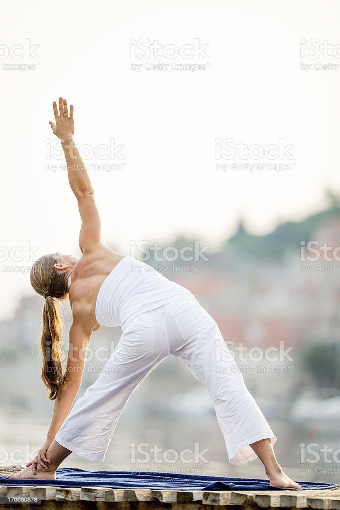Yoga practicar al aire libre foto de stock libre de derechos