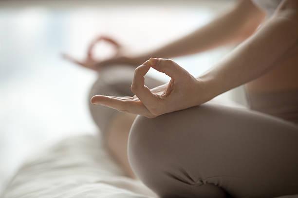 yoga wie zu hause fühlen. - yin yoga stock-fotos und bilder