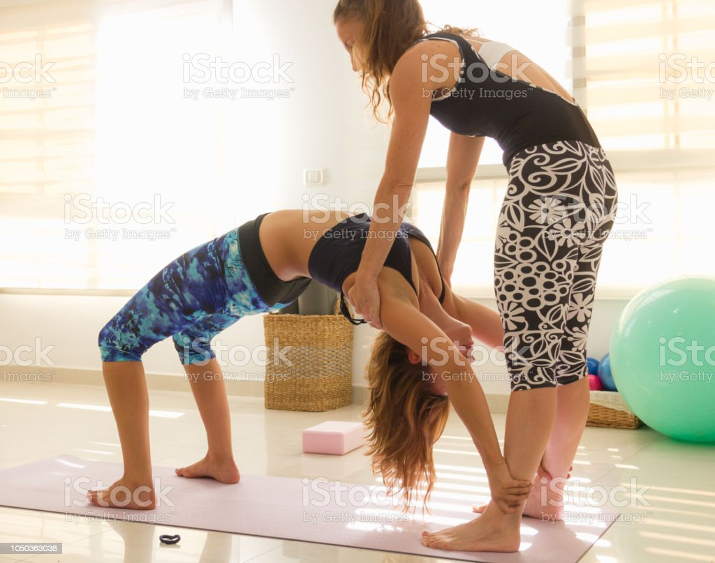 Yogalehrerin Hilft Studenten In Urdhva Dhanurasana Asana Stockfoto ...