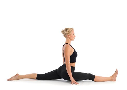 photo libre de droit de professeur de yoga effectuant