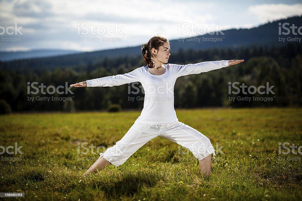 요가 - 10대 여자아이 운동 야외 royalty-free 스톡 사진