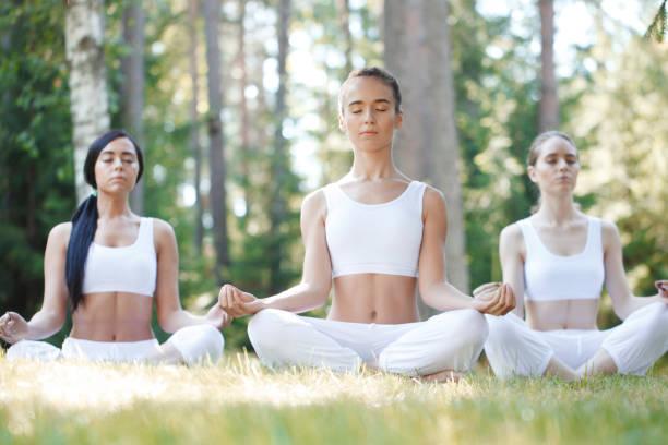 Yoga-training im park – Foto