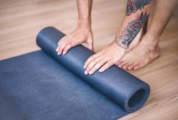 yoga-trainingskonzept - gymnastik tattoo stock-fotos und bilder