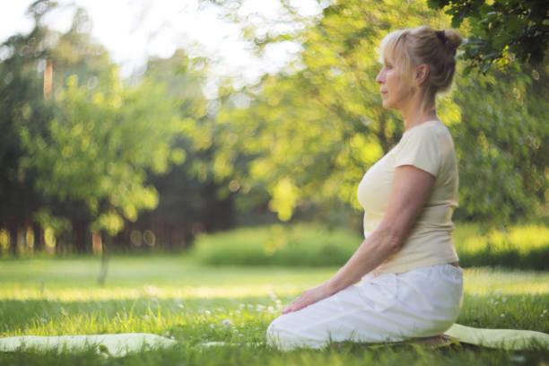 yoga woman in park - poprawna postawa zdjęcia i obrazy z banku zdjęć