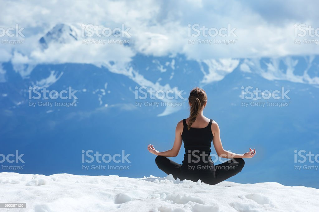 Yoga woman on the mountains background - foto de stock