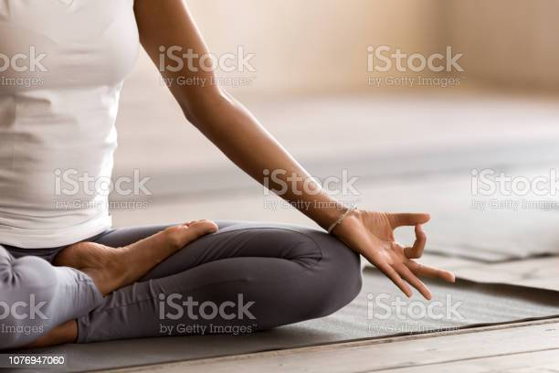 Yogi Zwarte Vrouw Het Beoefenen Van Yoga Les Doen Ardha Padmasana Oefening Stockfoto en meer beelden van Ademhalingsoefening