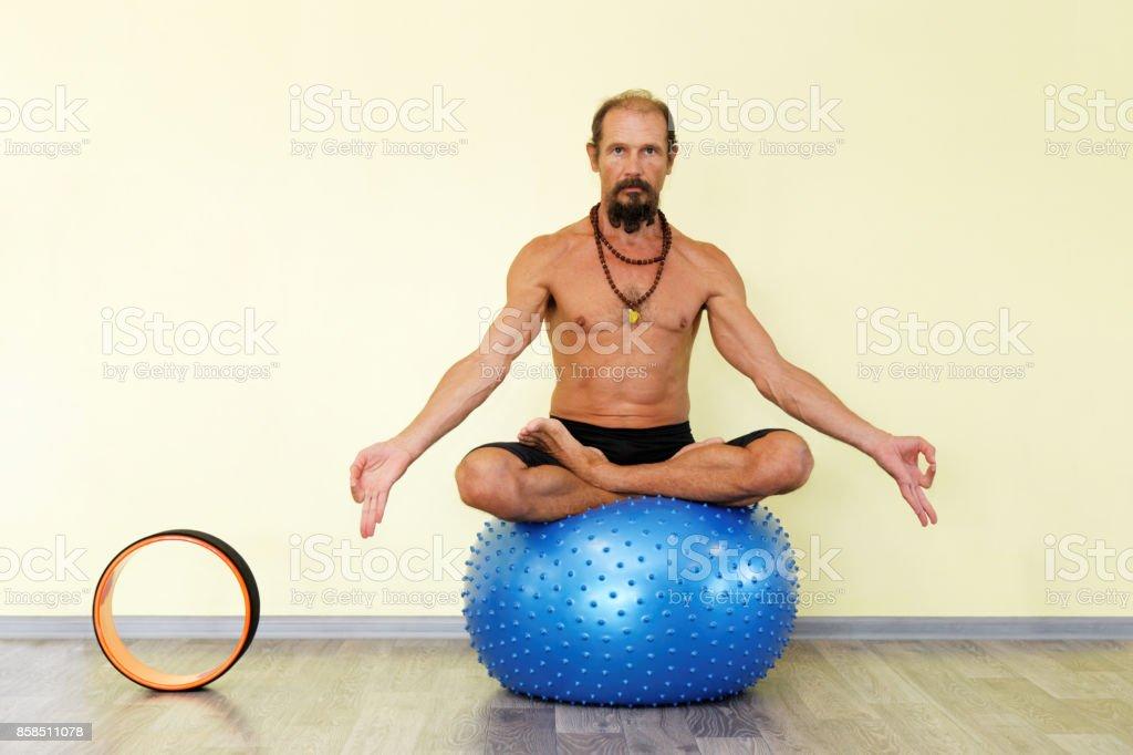 Fotografía de Hombre Yogui Practicando Yoga En La Bola De La Aptitud ...