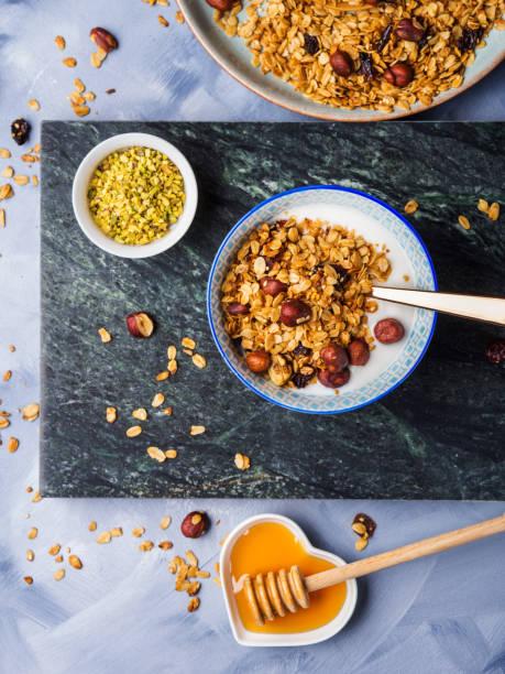 joghurt schüssel mit hausgemachtem müsli - kastanienhonig stock-fotos und bilder