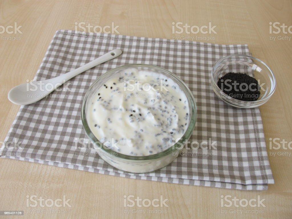 Dessert d'yogourt avec graines de basilic - Photo de Allemagne libre de droits
