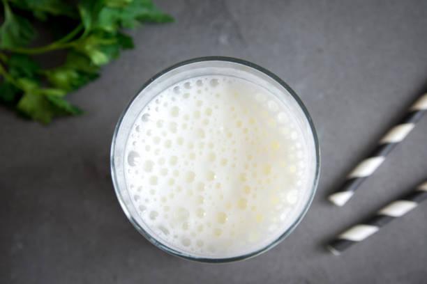 yogur, kefir, ayran, lassi - kéfir fotografías e imágenes de stock