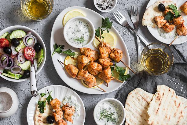 yogurt marinated grilled chicken skewers with vegetables and tzatziki - weinsoße stock-fotos und bilder
