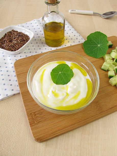 joghurt mit flaxseed öl - quark mit leinöl stock-fotos und bilder