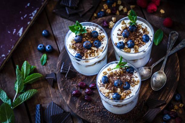 yogurt con granola, frutas de bayas y chocolate - postre fotografías e imágenes de stock