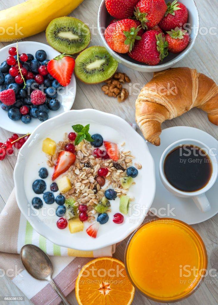 Yogurt with muesli and fresh fruits foto de stock royalty-free