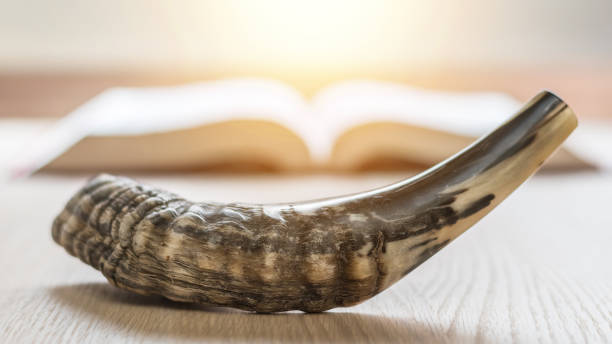 Jom Kippur und Rosch ha-Schana (Haschana) (Jüdisches Neujahrsfest) Konzept mit Ram Schofar (Horn) mit religiösen Heiligen Gebetbuch auf Tisch – Foto