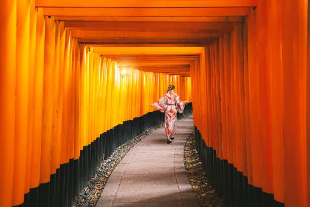 Yong Frauen in traditionellen japanischen Kimonos zu Fuß am Fushimi Inari Schrein in Kyoto, Japan – Foto