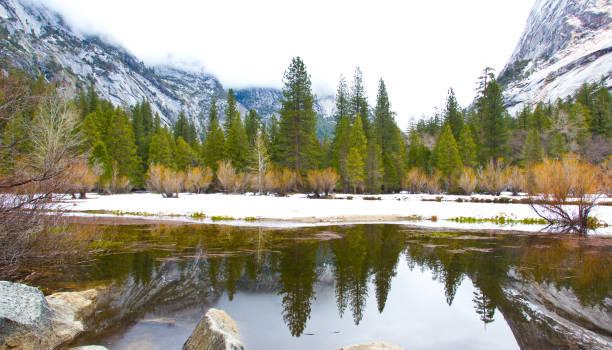 parc national de yosemite - lac mirror lake photos et images de collection