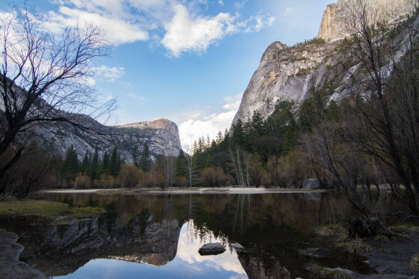 parc national d'yosemite valley lake mirror paysage tranquille dans les montagnes - lac mirror lake photos et images de collection
