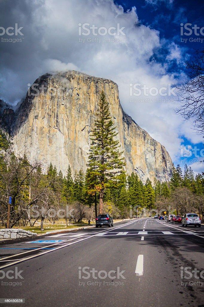Parque Yosemite Valley road en El capitán monolith, Yosemite, USA - foto de stock