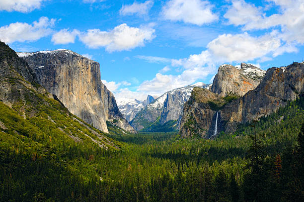 Yosemite Valley View The view of the iconic valley from Tunnel View, Yosemite National Park, California, USA. el capitan yosemite national park stock pictures, royalty-free photos & images