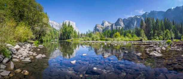 yosemite valley mit merced river im sommer, california, usa - bach stock-fotos und bilder
