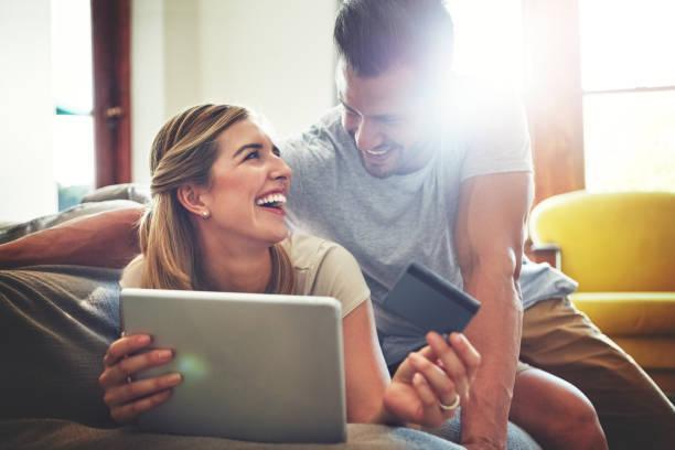 hier finden sie tolle angebote fast überall online - sofa online kaufen stock-fotos und bilder