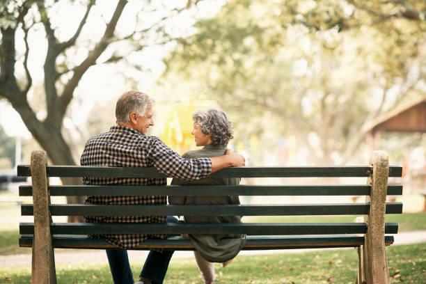 du kan inte växa ur sann kärlek - bench bildbanksfoton och bilder
