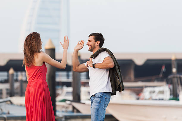 you got me, give me high-five! - hochzeitsreise dubai stock-fotos und bilder