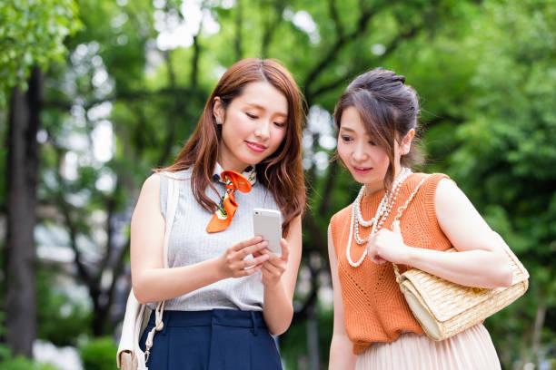 sie suchten nach einem smartphone frauen - suche freundin stock-fotos und bilder