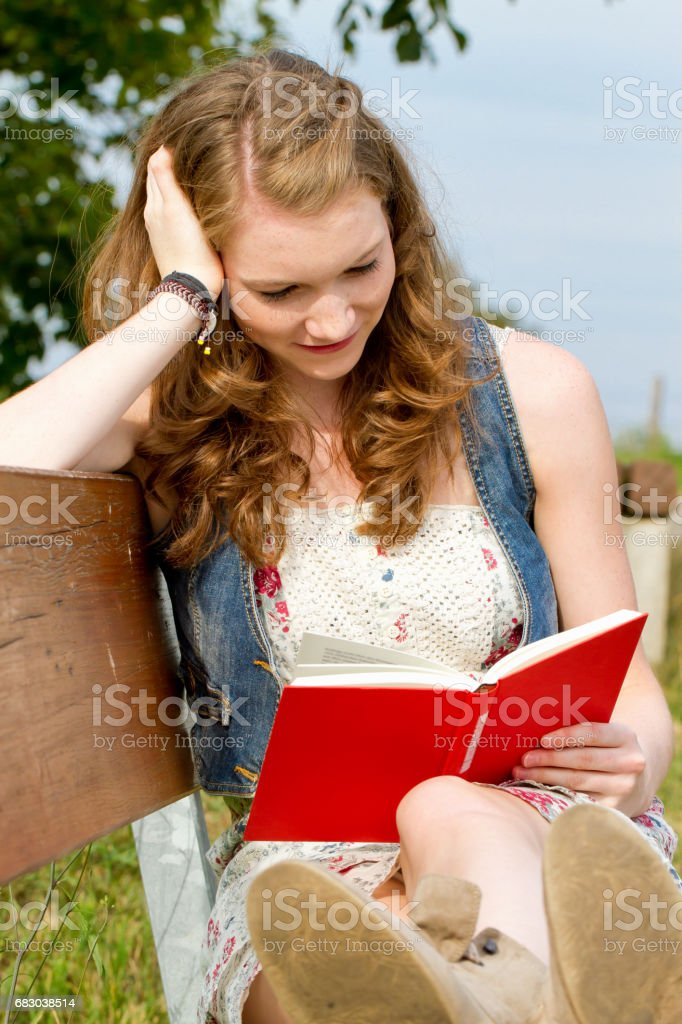 Youg woman reading a book foto de stock royalty-free