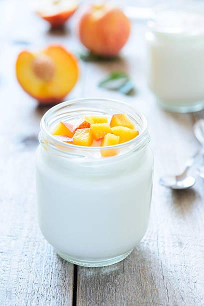 Yougurt mit Pfirsichen Stück.  Geringe Tiefenschärfe – Foto