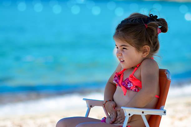 youn und niedliche kleine mädchen am strand - küstenfamilienzimmer stock-fotos und bilder