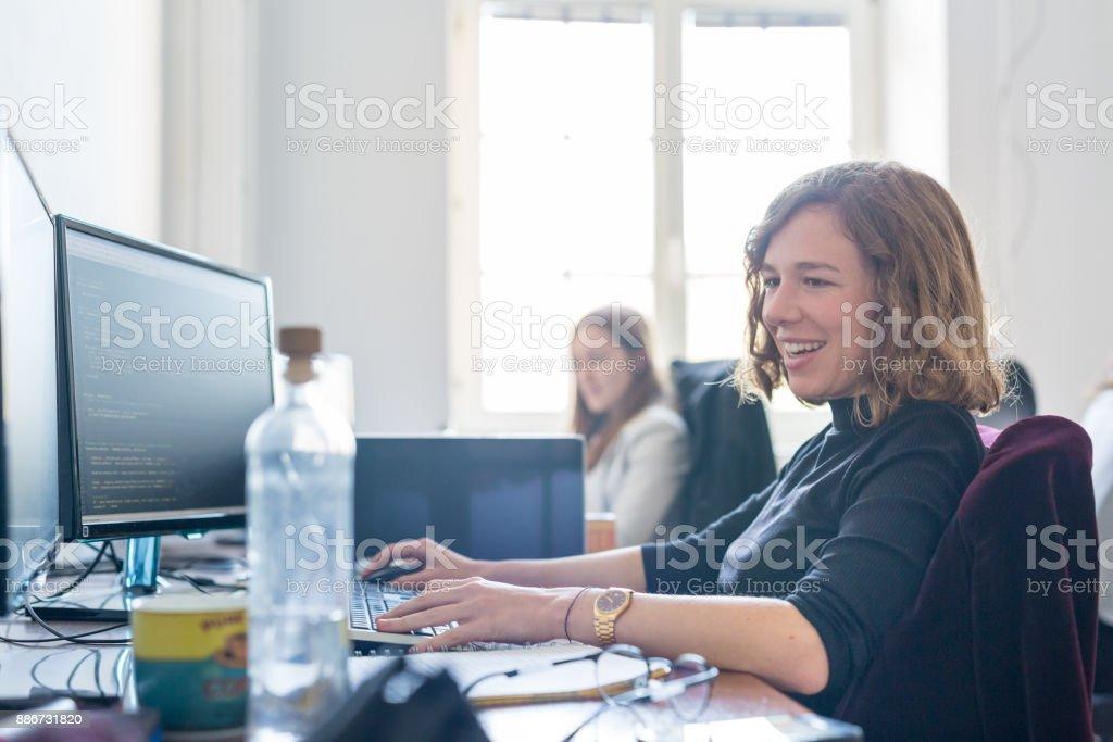 Jungen gewidmet weiblicher Software-Entwickler-Team arbeiten in IT-Unternehmen Statup auf Desktop. Lizenzfreies stock-foto